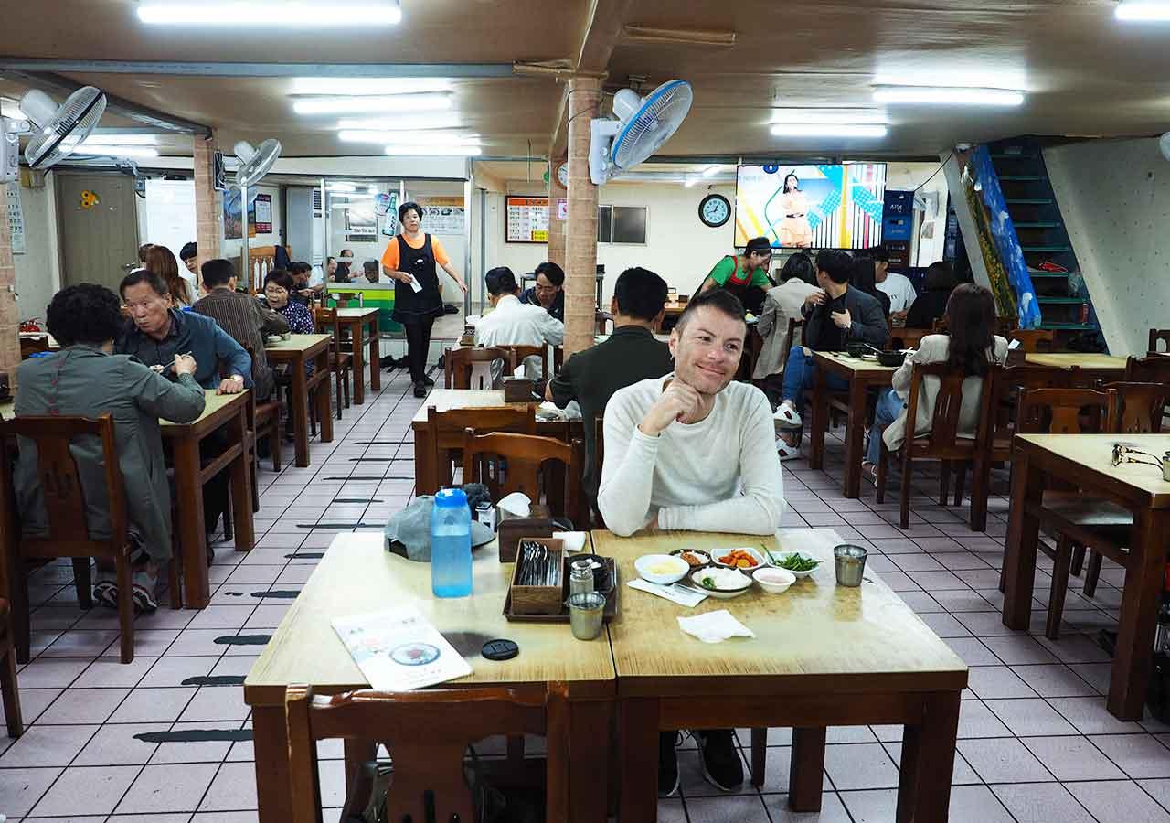 釜山の名物グルメ 西面デジクッパ通りの浦項(ポハン)デジクッパ 店内
