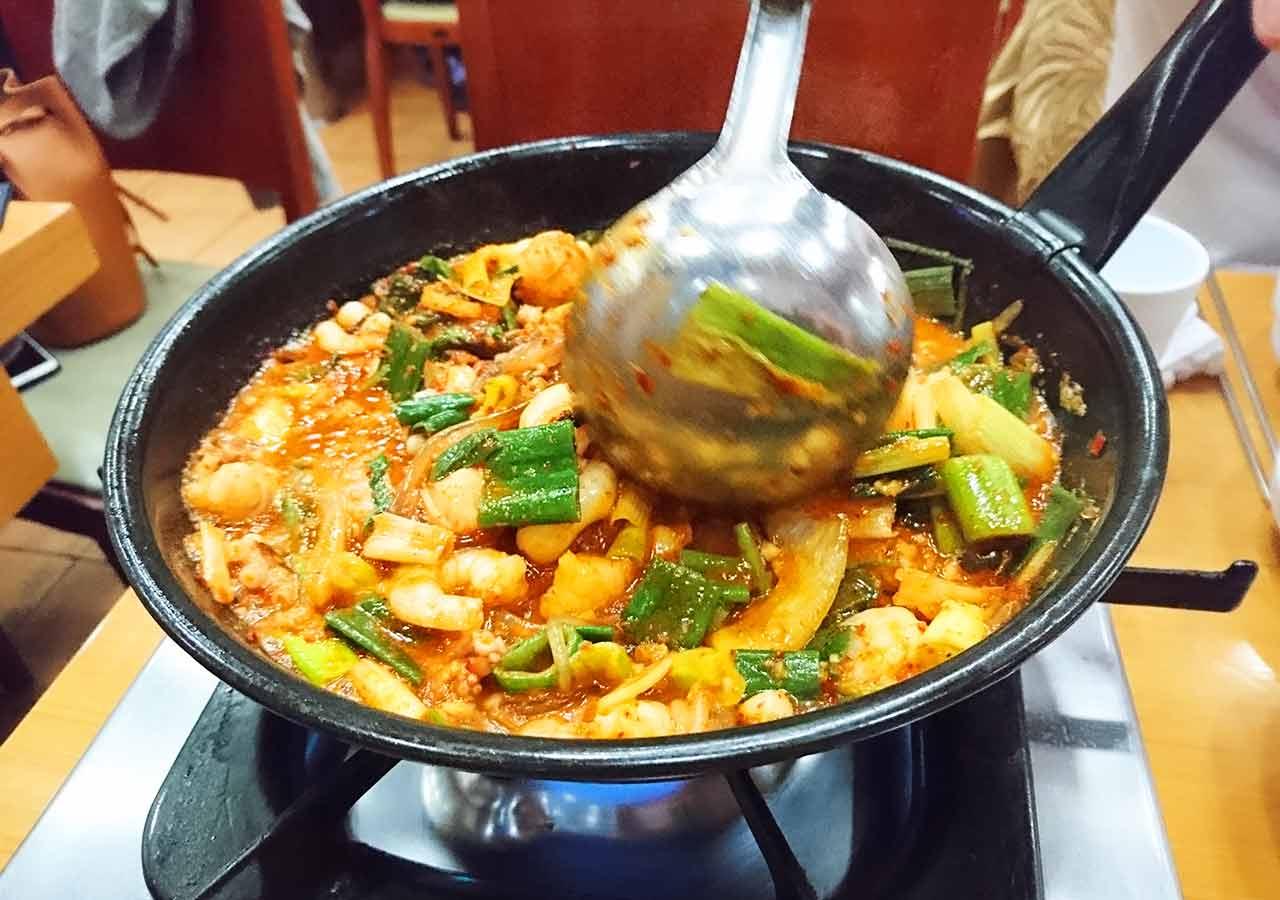 釜山の西面グルメ ナクチポックンのお店「ケミチプ」 調理中のナクチポックン