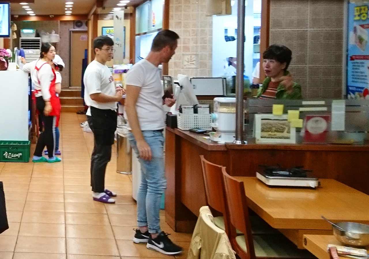 釜山の西面グルメ ナクチポックンのお店「ケミチプ」 店員