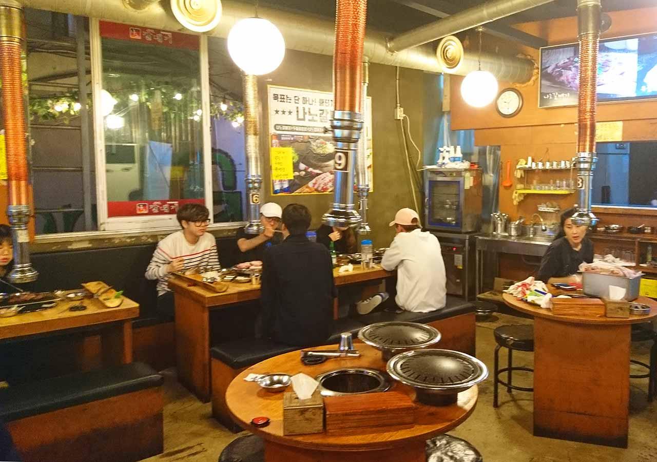 釜山の西面グルメ サムギョプサルレストラン 무한한판8.8 店内