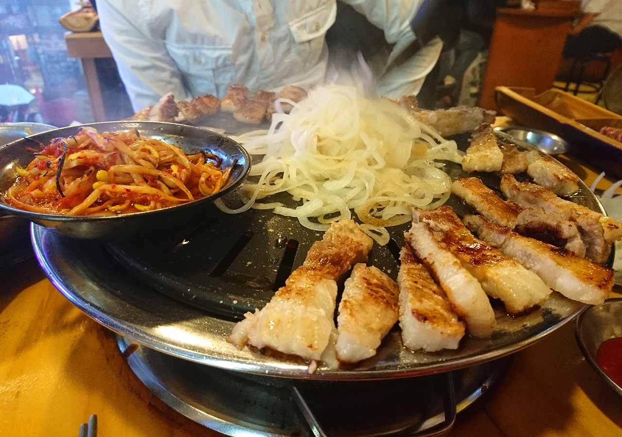 釜山の西面グルメ サムギョプサルレストラン 무한한판8.8 玉ねぎ