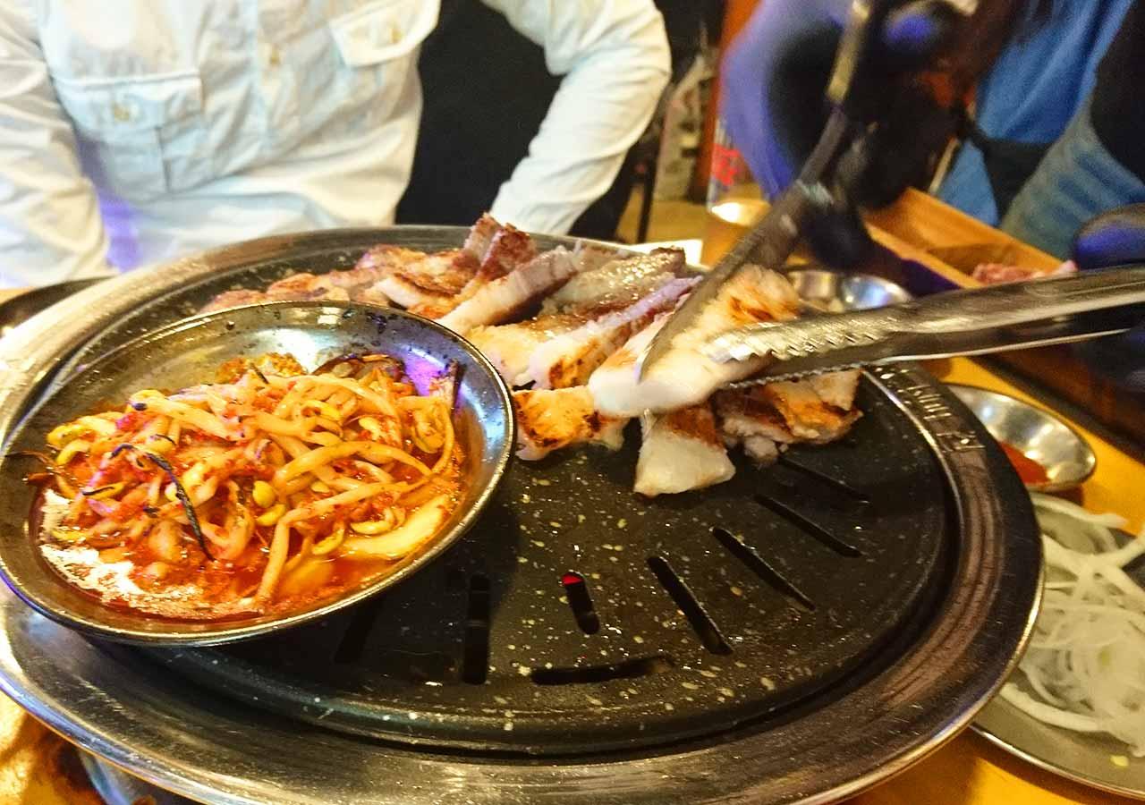 釜山の西面グルメ サムギョプサルレストラン 무한한판8.8 焼けた豚バラ肉