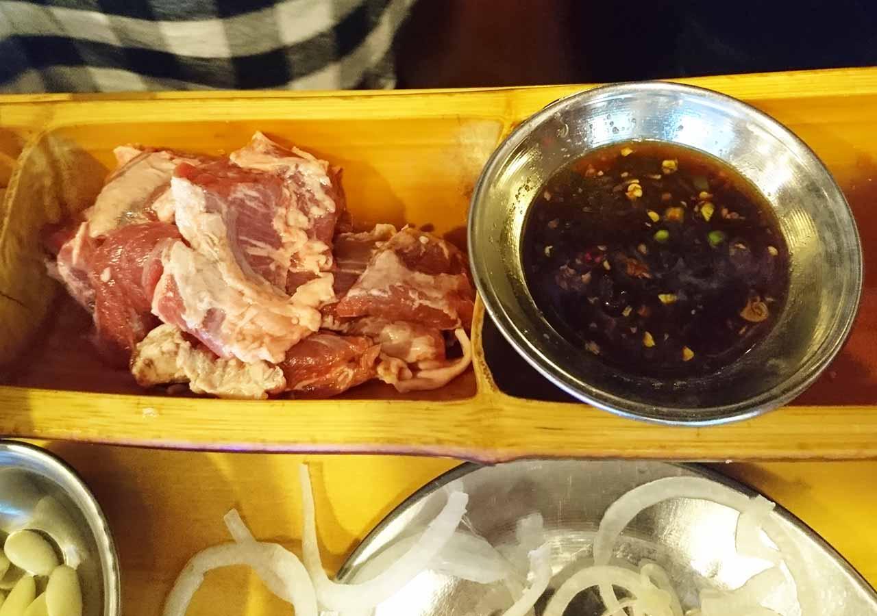 釜山の西面グルメ サムギョプサルレストラン 무한한판8.8 竹のトレー