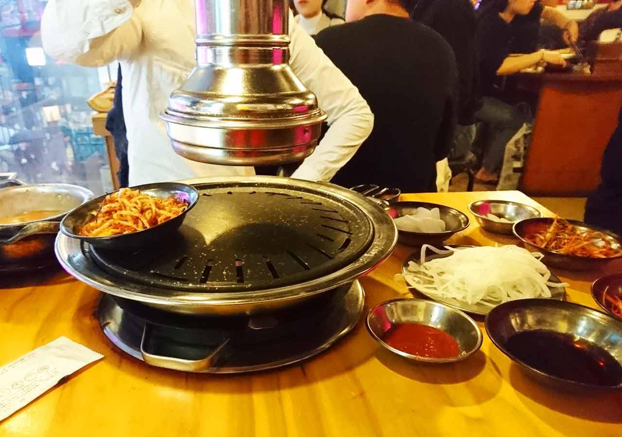 釜山の西面グルメ サムギョプサルレストラン 무한한판8.8 辛いタレで和えたもやし