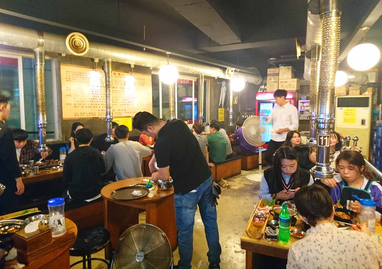 釜山の西面グルメ サムギョプサルレストラン 무한한판8.8 接客