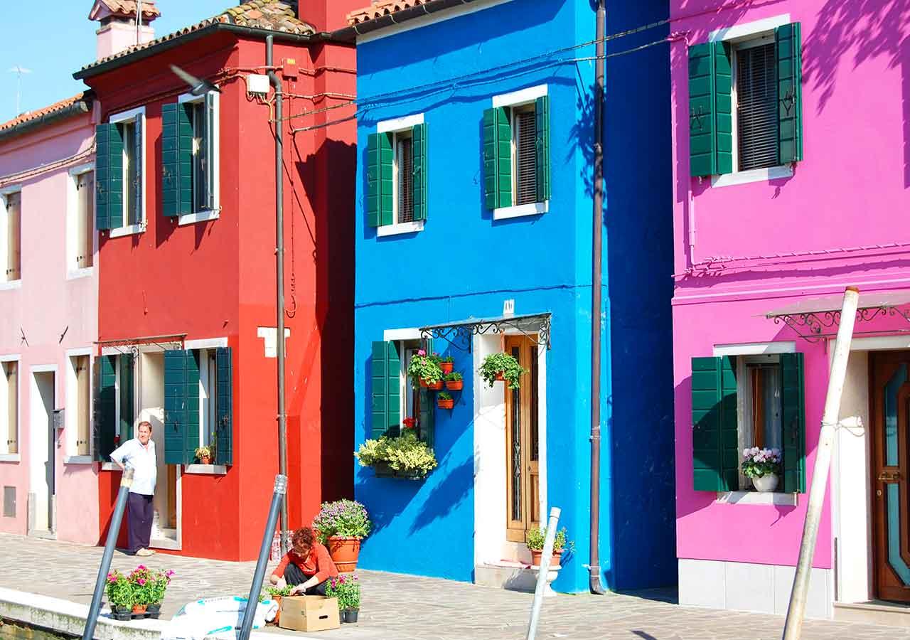 ベネチアの離島ブラーノ島 カラフルな家が並んでいる光景