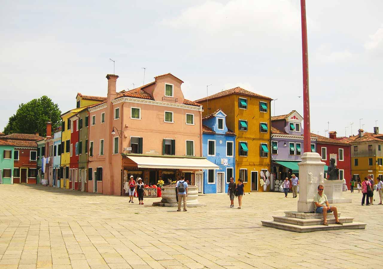 ベネチアの離島ブラーノ島 ガルッピ広場(Piazza Galuppi)