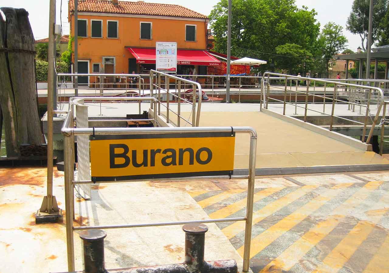 ベネチアの離島ブラーノ島 ブラーノ島の水上バスターミナル
