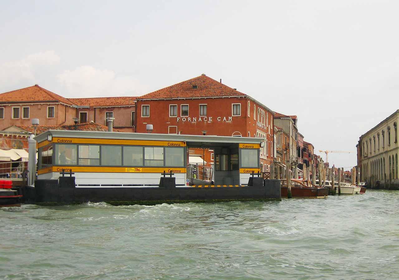 ベネチアの離島ムラーノ島 ムラーノ島の水上バスターミナル