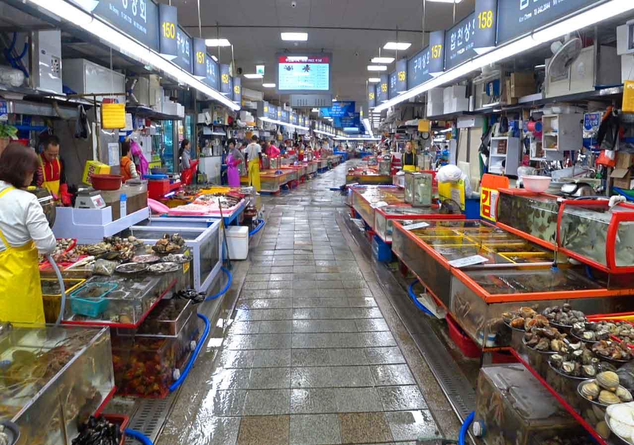 釜山観光 チャガルチ市場 カモメのモチーフの建物内