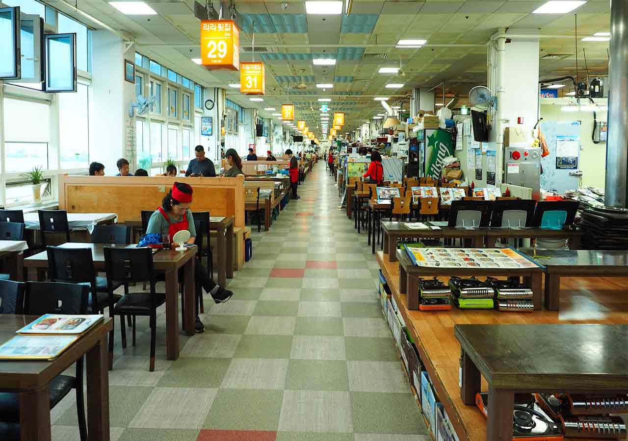 釜山観光 チャガルチ市場 カモメのモチーフの建物 食堂