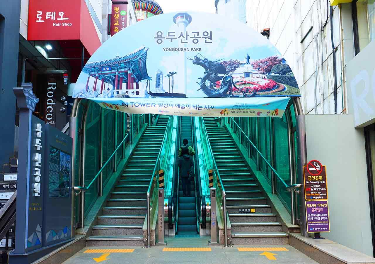 釜山観光 釜山タワー/龍頭山公園行きエスカレーター