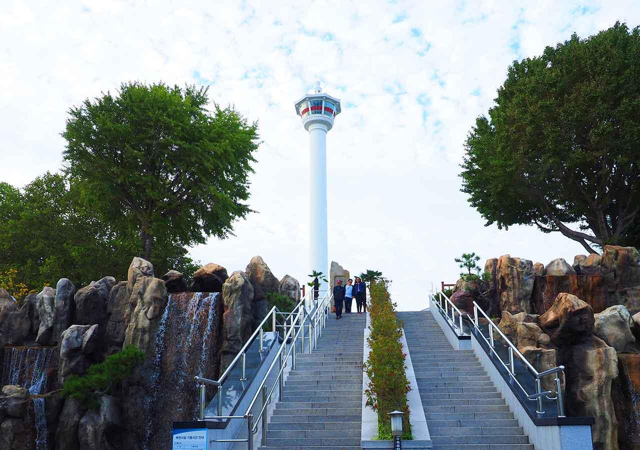釜山観光 龍頭山公園から見える釜山タワー