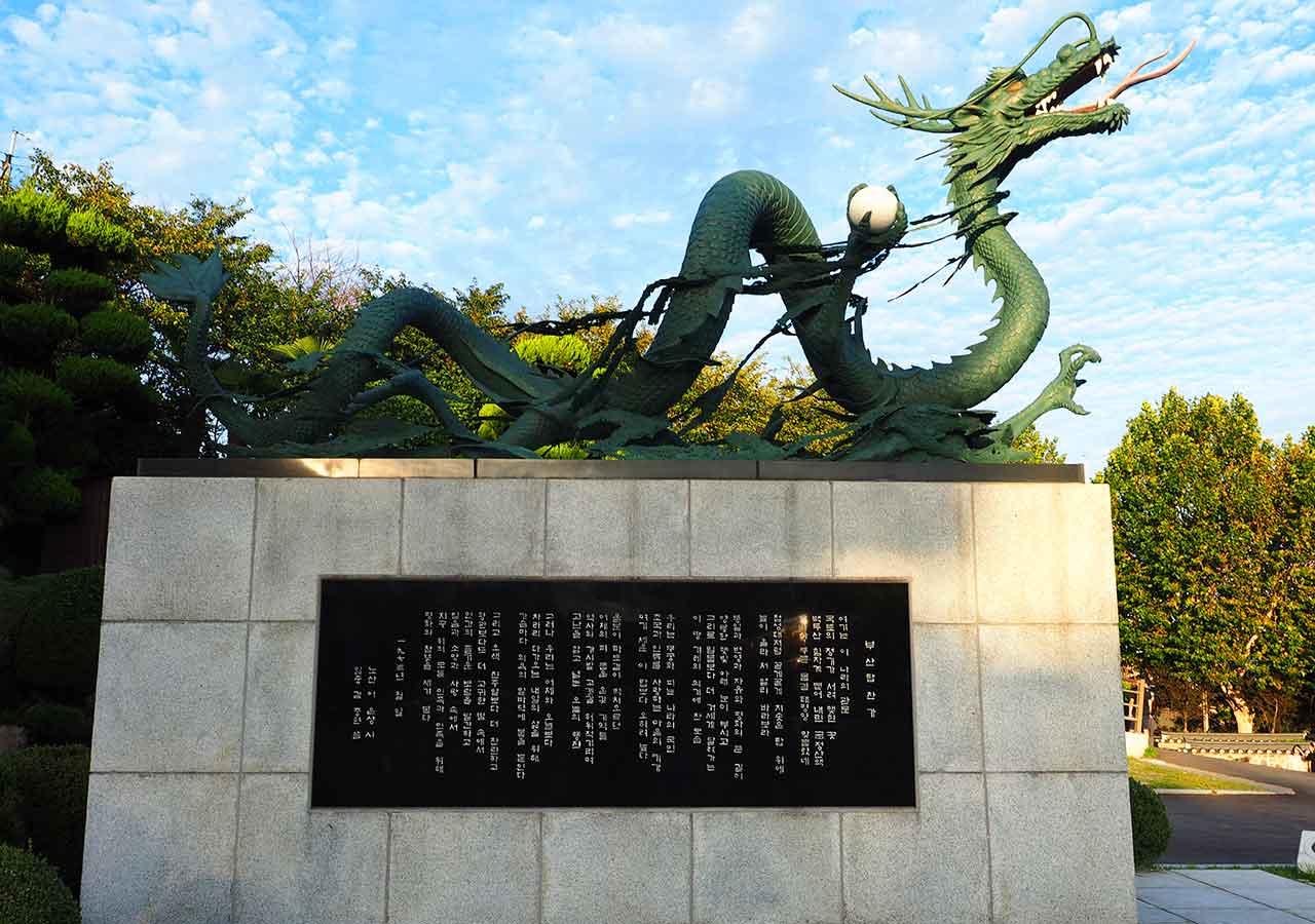 釜山観光 龍頭山 龍の銅像