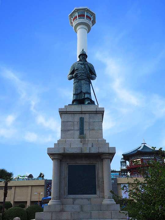 釜山観光 龍頭山 公園李舜臣(イ・スンシン)将軍の銅像