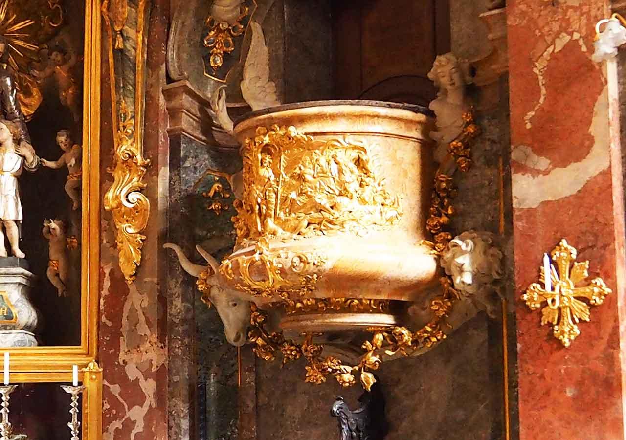 ミュンヘン観光 アザム教会(Asamkirche)の台座