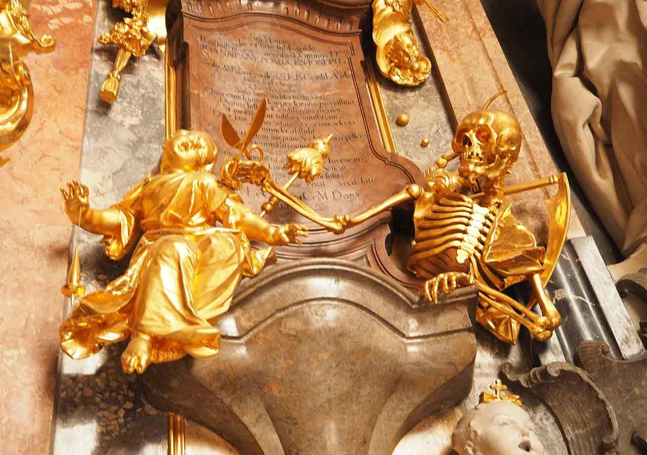 ミュンヘン観光 アザム教会(Asamkirche) 生命の糸を断ち切ろうとする死神