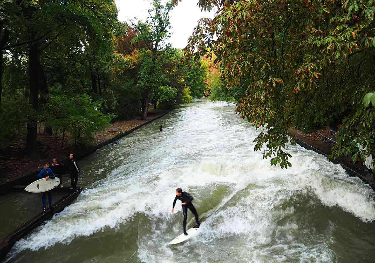 ミュンヘン観光 エングリッシャーガルテン(Englischer Garten) アイスバッハ(Eisbach) サーフィン