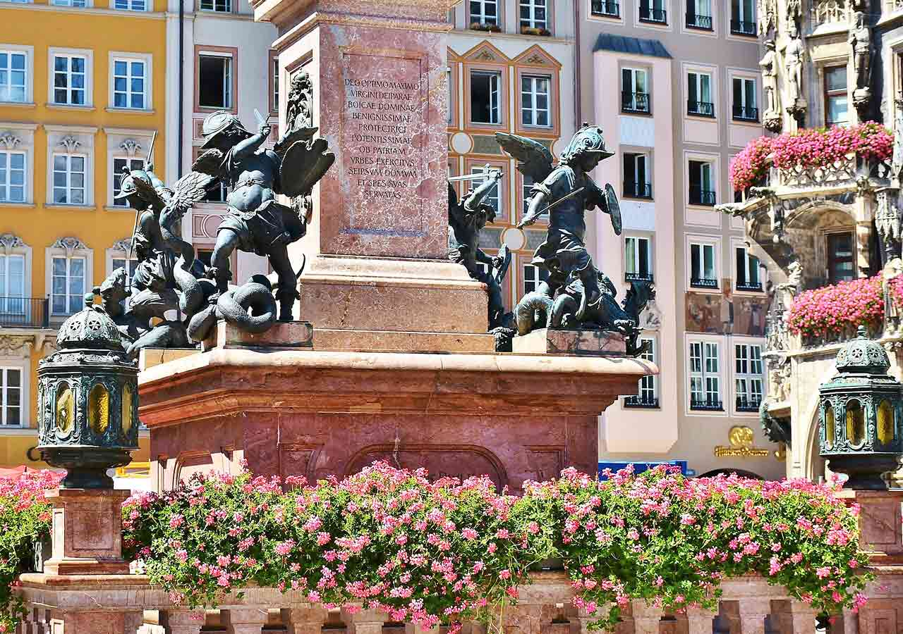 ミュンヘン観光 マリエン広場(Marienplatz) マリア像(Mariensäule)の土台