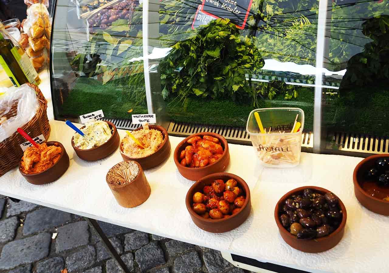 ミュンヘン観光 ヴィクトアリエンマルクト(Viktualienmarkt) オリーブの試食