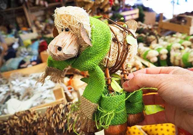ミュンヘン観光 ヴィクトアリエンマルクト(Viktualienmarkt) お土産屋さん 自然素材の人形