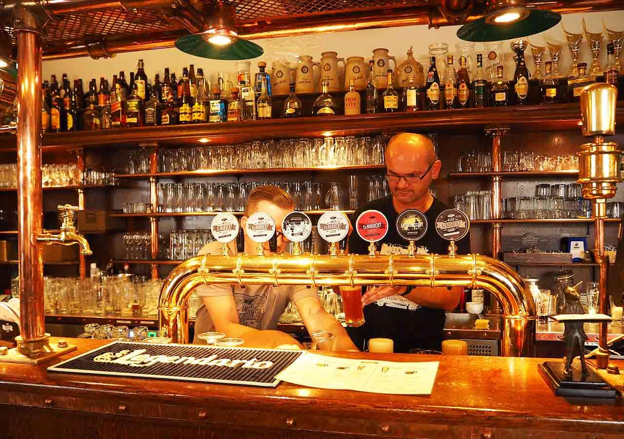 プラハ観光 ストラホフ修道院醸造所(Klášterní pivovar Strahov) ビアホール店内のカウンター