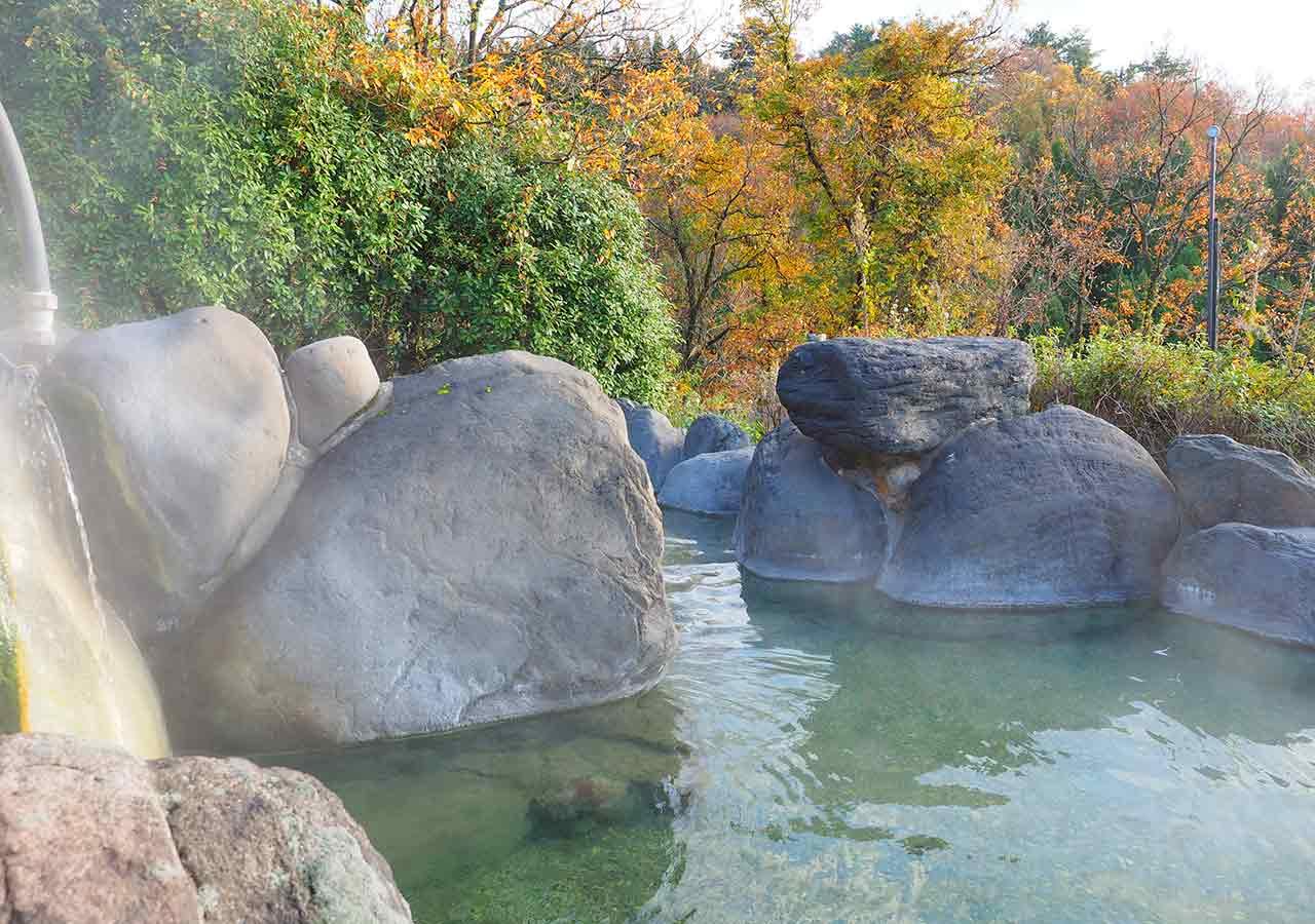 熊本県小国町 わいた温泉郷 旅館 山翠 混浴露天風呂「仙人の湯」の真ん中の岩