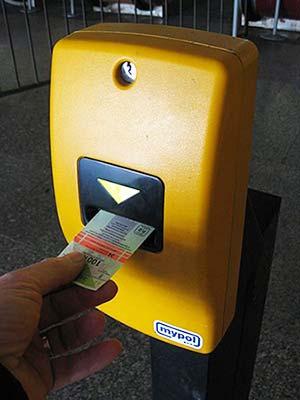 プラハ旅行 プラハ空港から市内のアクセス方法 打刻機