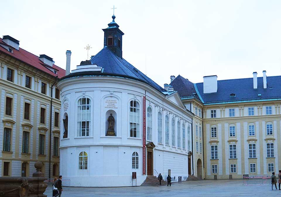 チェコ観光 プラハ城(Pražský hrad) 第二の中庭 聖十字架礼拝堂(Kaple svatého Kříže)