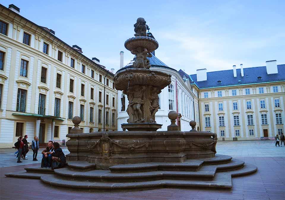 チェコ観光 プラハ城(Pražský hrad) 第二の中庭 コール噴水(Kohlova kašna)