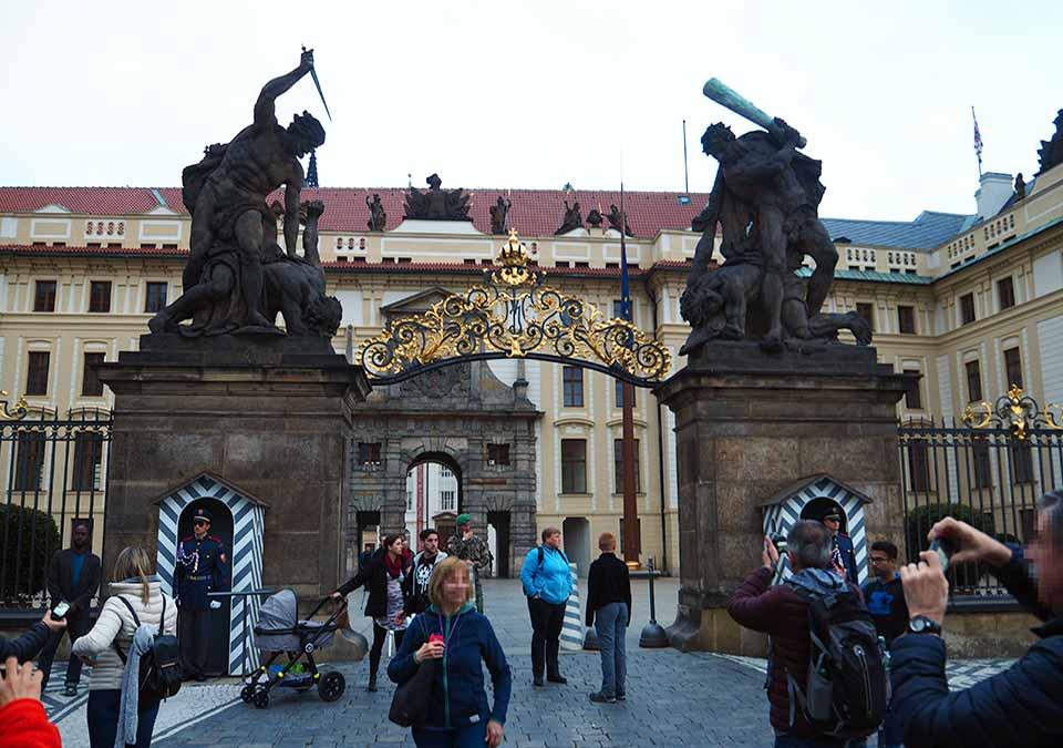 チェコ観光 プラハ城(Pražský hrad) フラッチャニ広場(Hradcanske palac)
