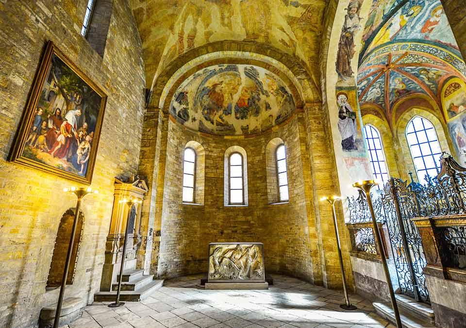 チェコ観光 プラハ城(Pražský hrad) 第三の中庭(3. nádvoří) 聖イジー教会(Bazilika sv. Jiří) 聖ルドミラ礼拝堂