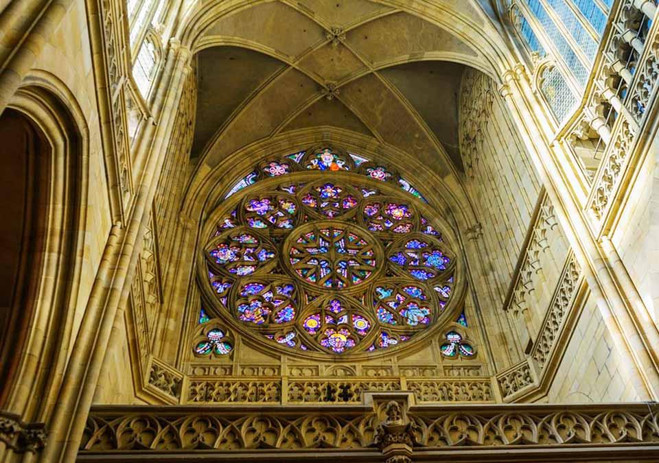 チェコ観光 プラハ城(Pražský hrad) 第三の中庭(3. nádvoří) バラ窓