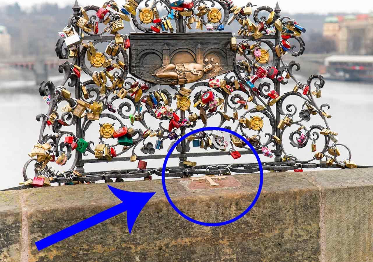 プラハ観光 カレル橋(Charles Bridge) 聖ヤン・ネポムツキー(Jan Nepomucký)像の策と十字架