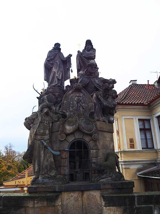 プラハ観光 カレル橋(Charles Bridge)  マタの聖ヨハネとヴァロアの聖フィリックス、聖イワン