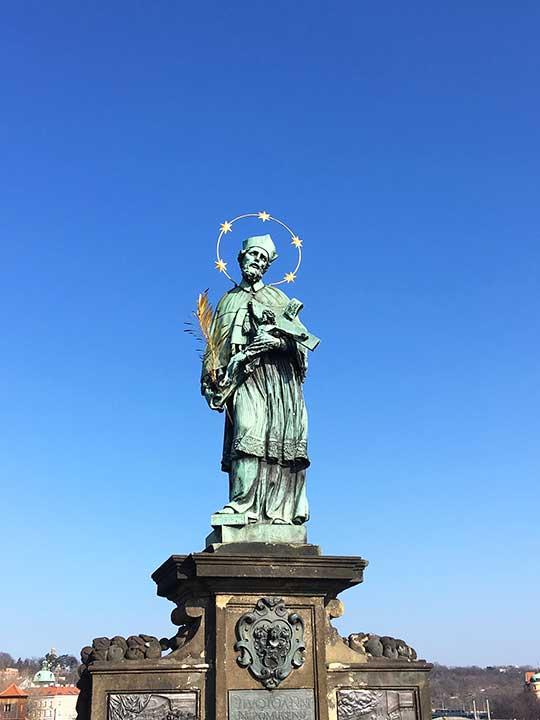プラハ観光 カレル橋(Charles Bridge) 聖ヤン・ネポムツキー(Jan Nepomucký)像