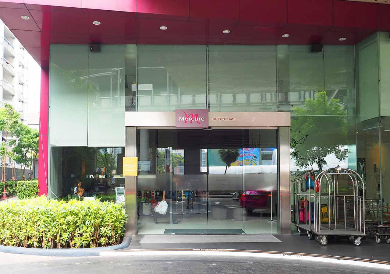 バンコク・サイアムの立地が便利なホテル イビス バンコク サイアム(ibis Bangkok Siam) メルキュールホテルの入り口