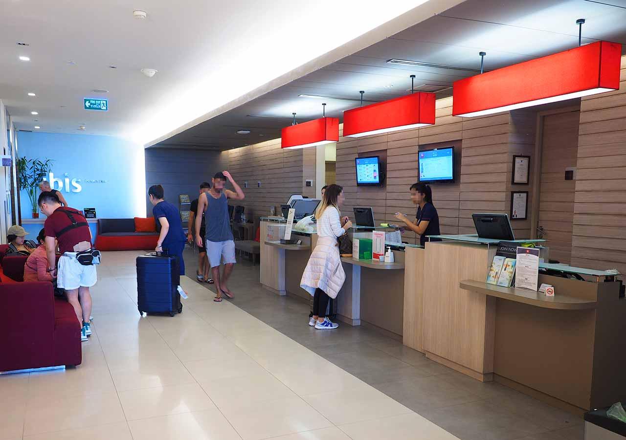 バンコク・サイアムの立地が便利なホテル イビス バンコク サイアム(ibis Bangkok Siam) レセプション