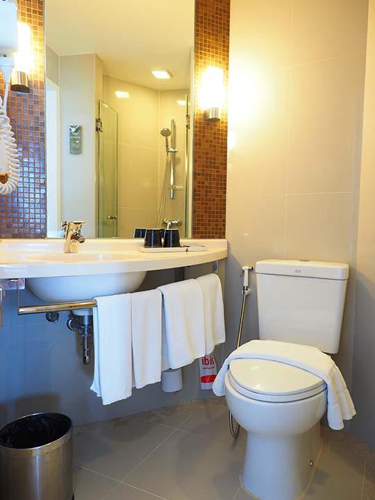 バンコク・サイアムの立地が便利なホテル イビス バンコク サイアム(ibis Bangkok Siam) 部屋のトイレ