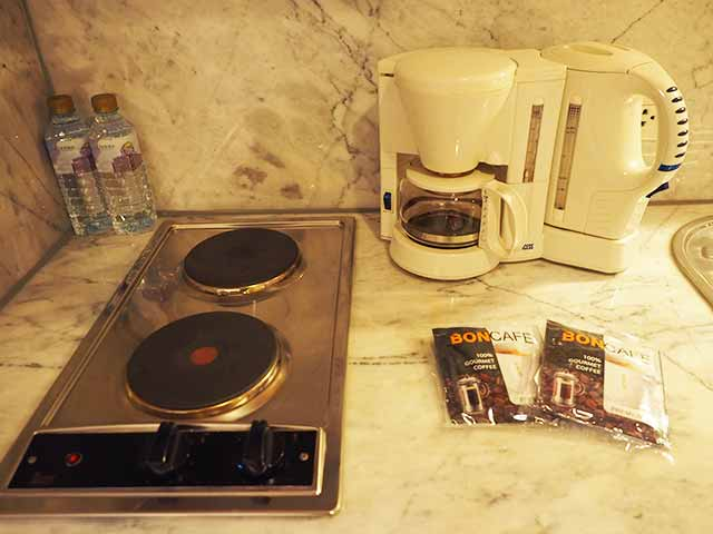 バンコクの5つ星高級ホテル ルブア アット ステート タワー(lebua at State Tower) 客室のキッチン コーヒーメーカー
