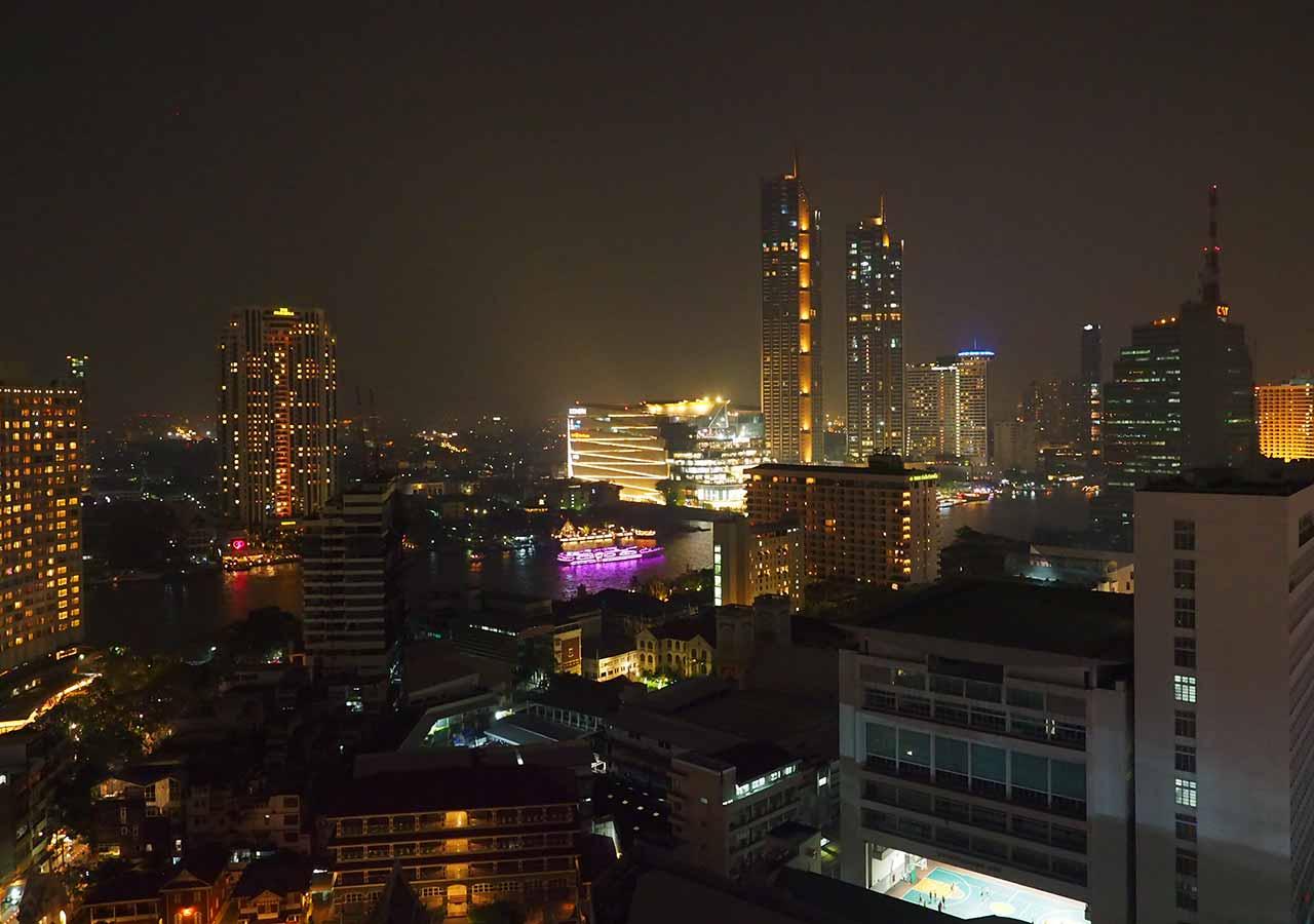 バンコクの5つ星高級ホテル ルブア アット ステート タワー(lebua at State Tower) 客室のバルコニーから見える夜景