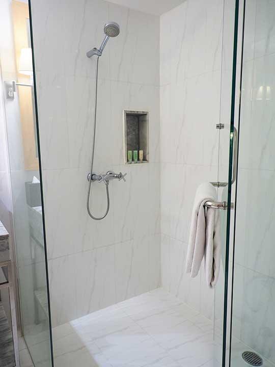 バンコクの5つ星高級ホテル ルブア アット ステート タワー(lebua at State Tower) 客室のバスルーム シャワー