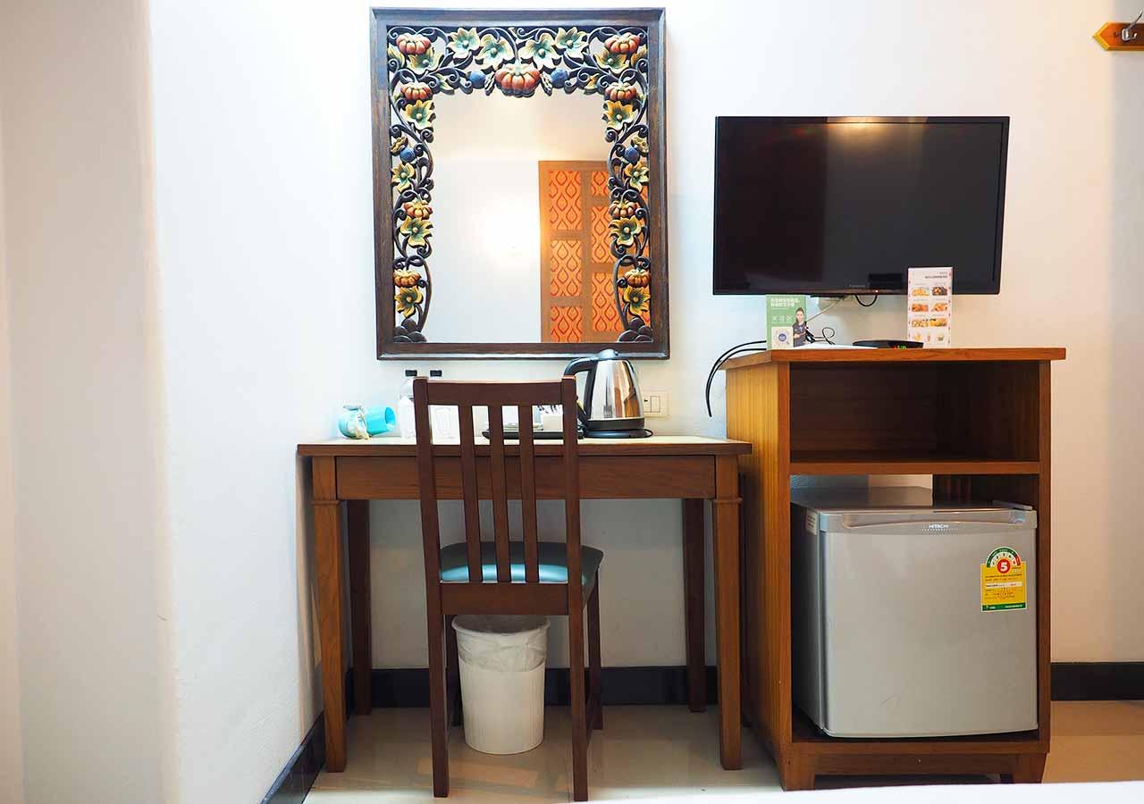 バンコクのおすすめホテル カオサン通り周辺 ニューサイアムパレスヴィル(New Siam Palace Ville) 客室のデスクと椅子