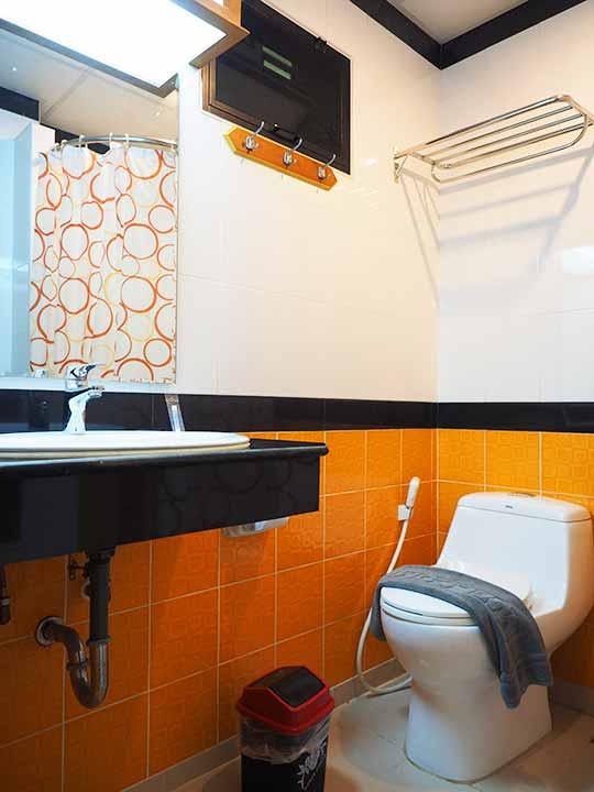バンコクのおすすめホテル カオサン通り周辺 ニューサイアムパレスヴィル(New Siam Palace Ville) 客室のトイレ・バスルーム