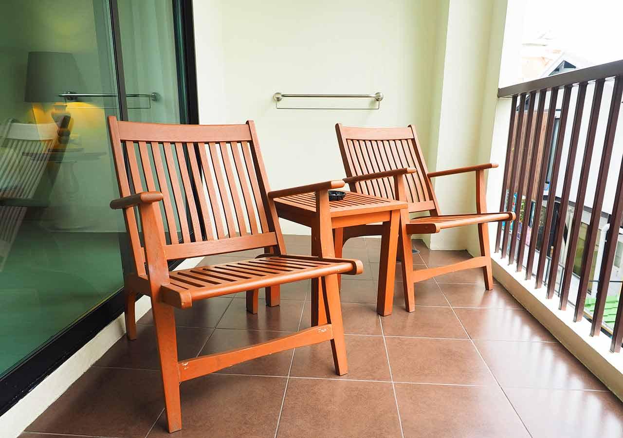 バンコクのリバーサイドホテル ナヴァライリバーリゾート(Navalai River Resort)の客室のバルコニー