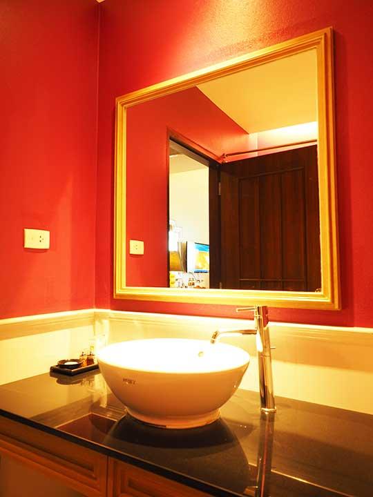 バンコクのリバーサイドホテル ナヴァライリバーリゾート(Navalai River Resort)のバスルーム