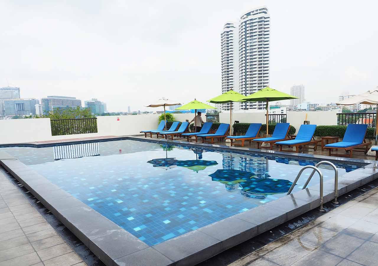 バンコクのリバーサイドホテル ナヴァライリバーリゾート(Navalai River Resort)のプール