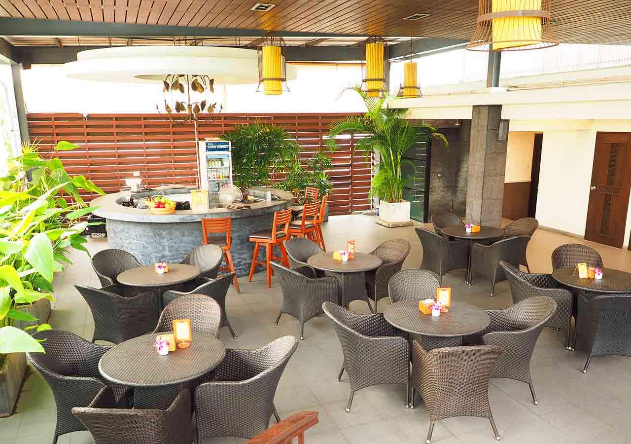 バンコクのリバーサイドホテル ナヴァライリバーリゾート(Navalai River Resort)のプールサイドのバー