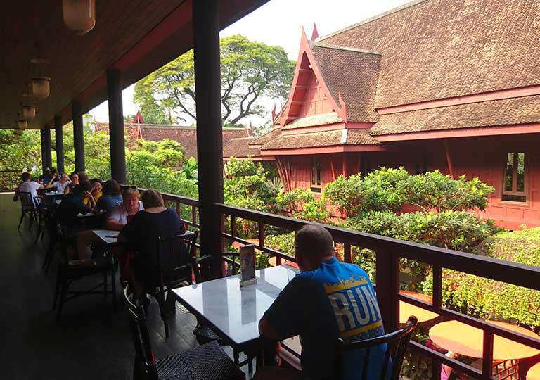 バンコク観光 ジムトンプソンの家(Jim Thompson House) カフェのテラス席