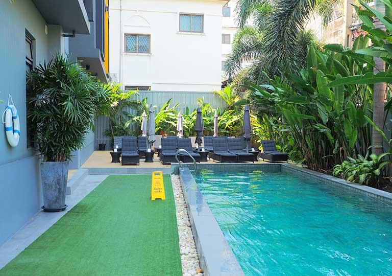 バンコク・シーロムの格安ホテル アイサノック バンコク(iSanook Bangkok)のプール